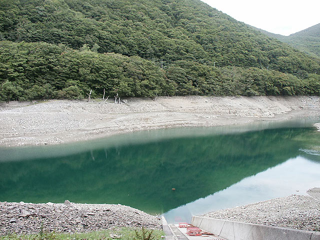 Sabiuchi reservoir where the iron mountain sleeps in the lake bottom
